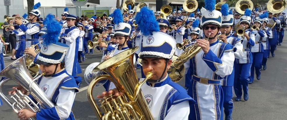 Bandas e fanfarras animaram desfiles em SC (Foto: Luiz Souza/NSC TV)