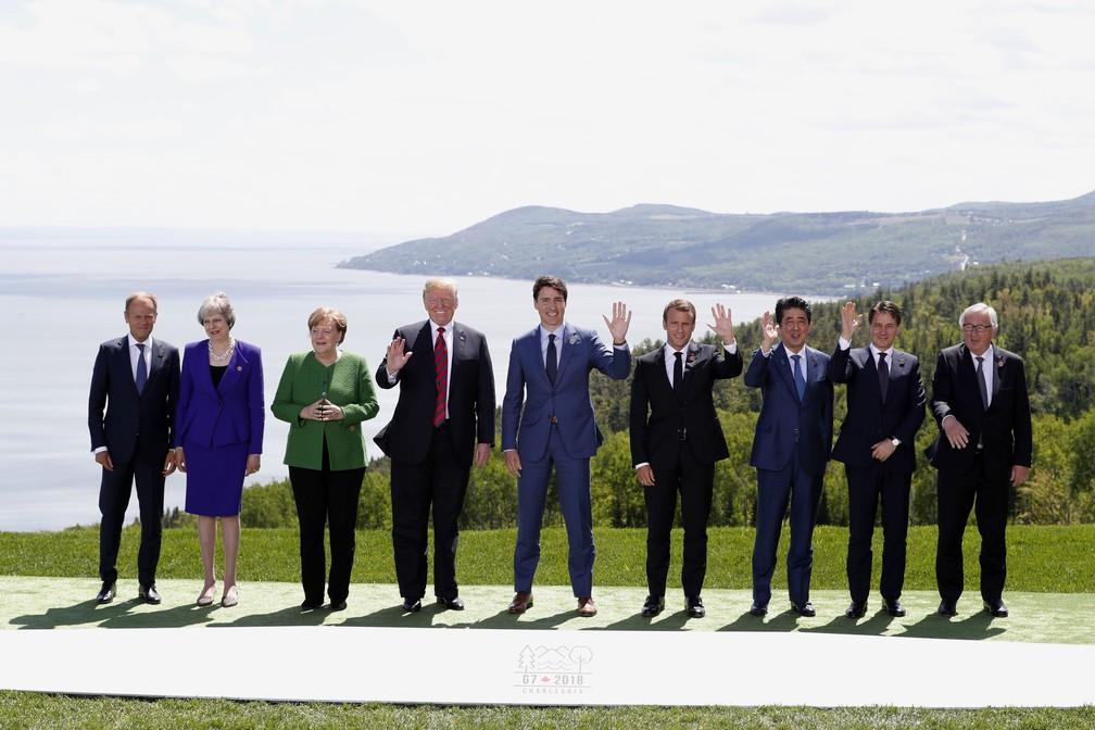 Chefes de Estado do G7 posam para foto nesta sexta-feira (8) no Canadá, entre o presidente do Conselho Europeu Donald Tusk (à esquerda) e o presidente da Comissão Europeia, Jean-Claude Juncker (à direita) (Foto: Yves Herman/Reuters)