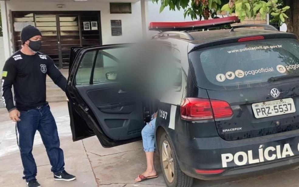 Mulher de 29 anos presa suspeita de desviar mais de R$ 100 mil da empresa de eventos em que trabalhava — Foto: Reprodução/Polícia Civil