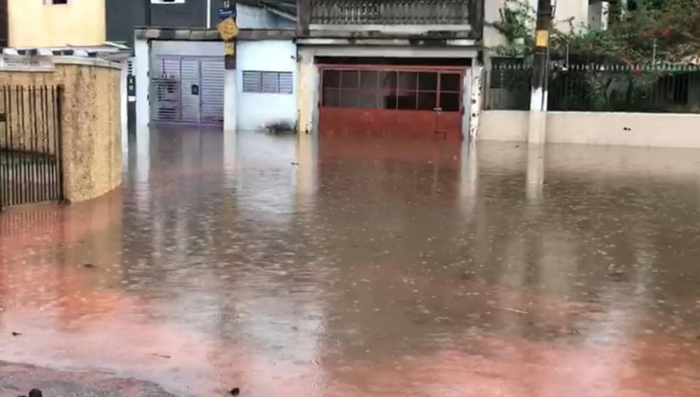 A rua João Sampaio, na Zona Norte de São Paulo, ficou coberta de água por causa da chuva desta terça-feira (20). — Foto: Reprodução/TV Globo