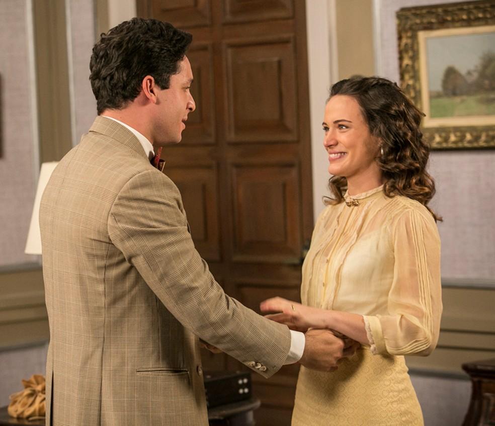 Maria (Bianca Bin)  dá a notícia da gravidez a Celso (Rainer Cadete), em 'Êta Mundo Bom' — Foto: Raphael Dias/Gshow