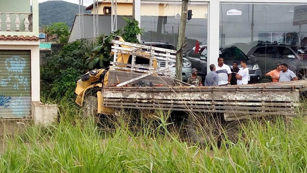 Motorista de caminhão morre ao bater em ponto de ônibus na RJ-106, em São Pedro da Aldeia