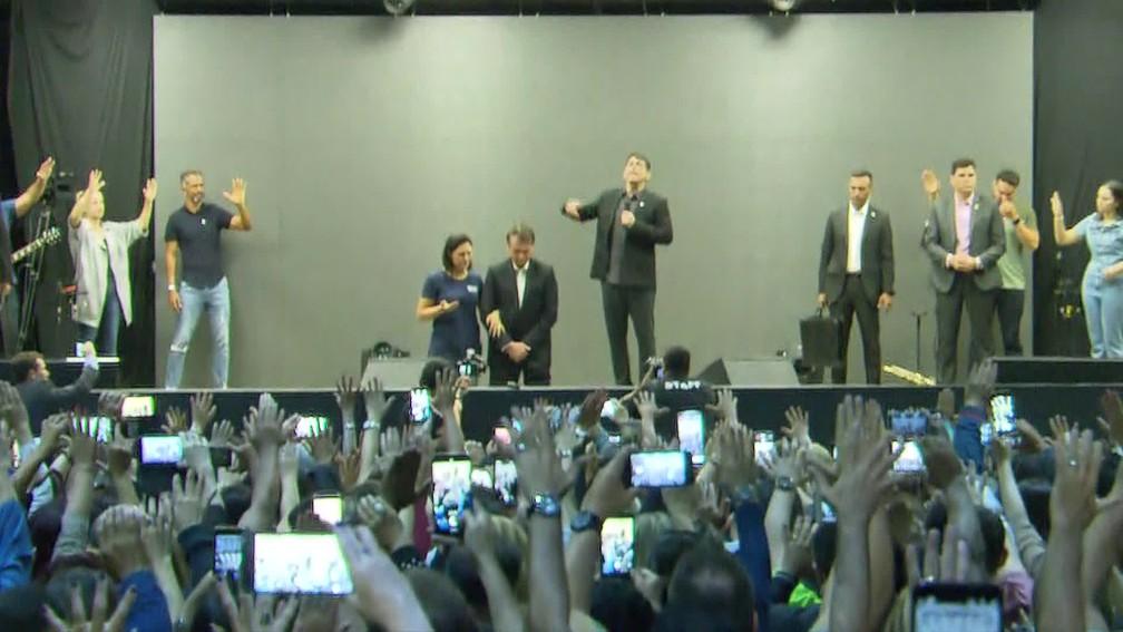 Bolsonaro e a primeira-dama recebem a bênção em culto no Rio — Foto: Reprodução/TV Globo