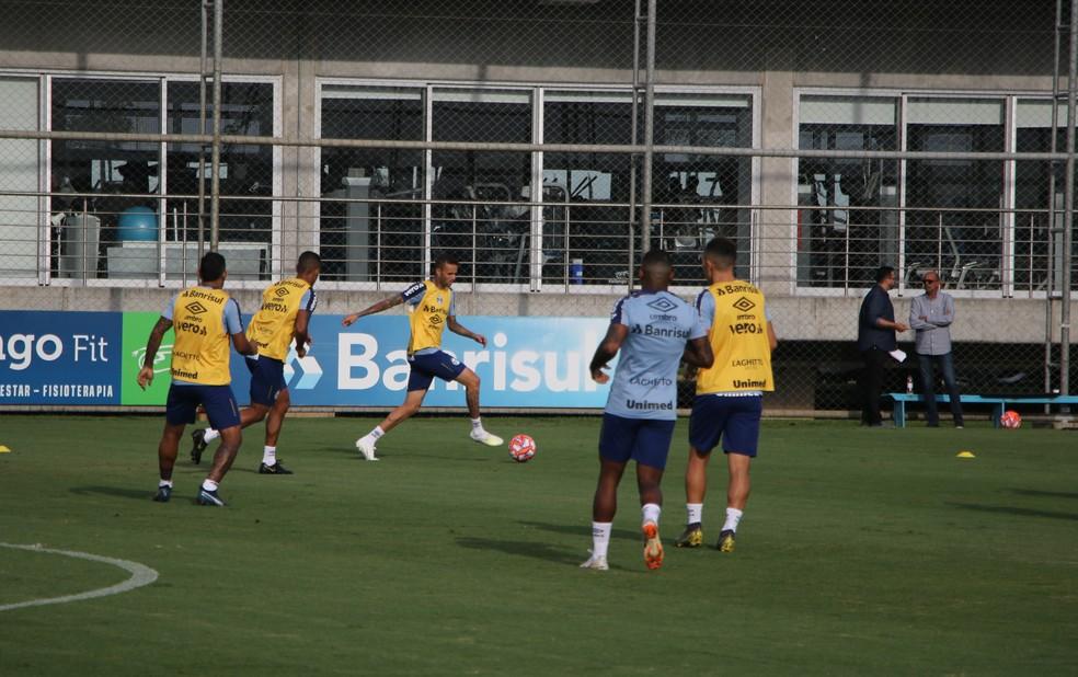 Luan treinou normalmente com os companheiros do Grêmio — Foto: Eduardo Moura