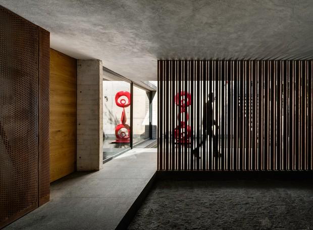 Para garantir privacidade, a entrada possui uma garagem e parede com hastes de aço (Foto:  Rafael Gamo/ Reprodução)