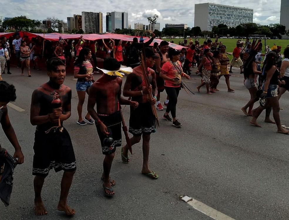 Índios fecham Esplanada dos Ministérios durante marcha rumo ao Congresso Nacional (Foto: Divulgação/Polícia Militar do DF)