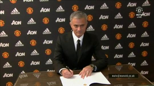 Depois de duas temporadas e meia, José Mourinho é demitido do Manchester United