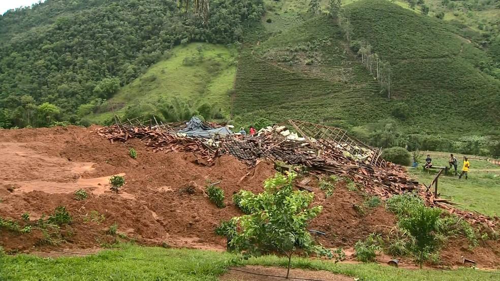Casa onde estava pai, mãe e filho que desmoronou em deslizamento em Santa Leopoldina, no Espírito Santo — Foto: Reprodução/ TV Gazeta