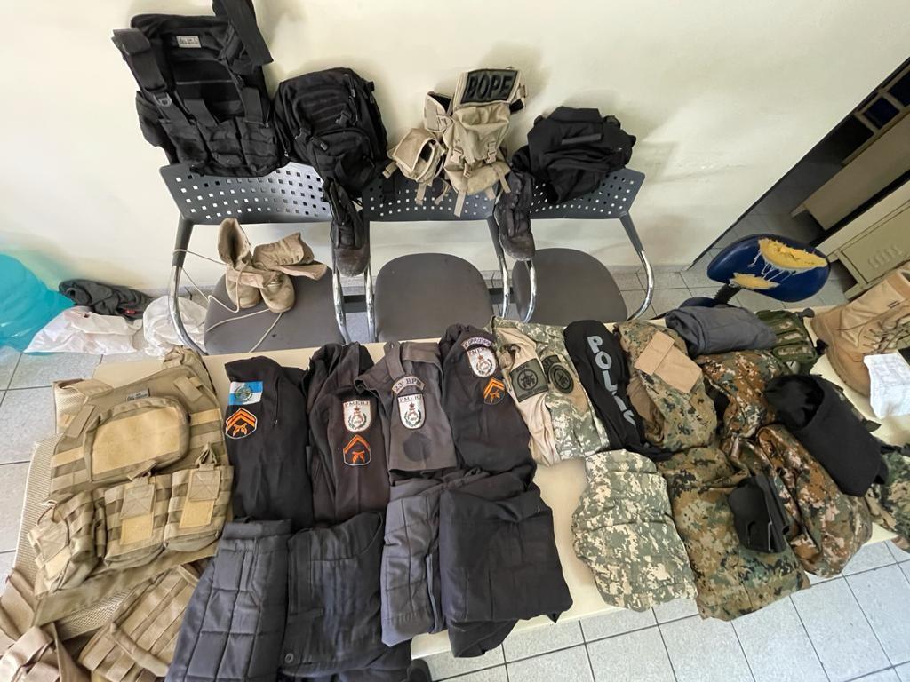 Homem é preso com carro roubado, pistola e 18 peças de fardamento da PM na Zona Oeste do Rio