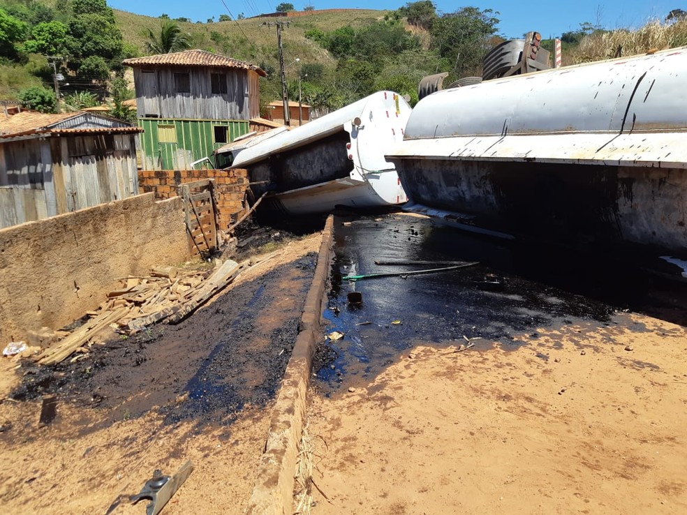Caminhão-tanque estava carregado com 34 mil litros de combustível, segundo a PRF — Foto: Divulgação/PRF