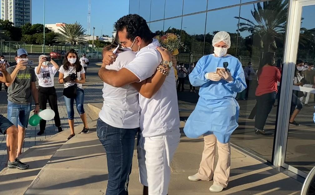 Médico se recupera da Covid-19 e é pedido em casamento após receber alta do hospital — Foto: Reprodução
