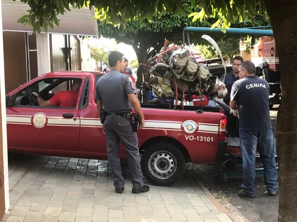 Técnicos do Cenipa retiraram motor do avião que caiu em casa em Rio Preto (Foto: Gridânia Brait/TV TEM)