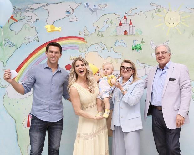 Amaury Nunes, Karina Bacchi e Enrico com os avós, Ítalo e Nadia (Foto: Manuela Scarpa e Marcos Ribas/Brazil News)