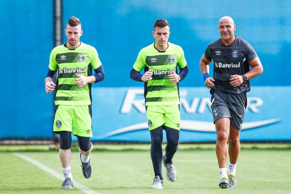 Paulo Victor (E) vai ser substituto de Grohe — Foto: Lucas Uebel / Grêmio F.B.P.A.