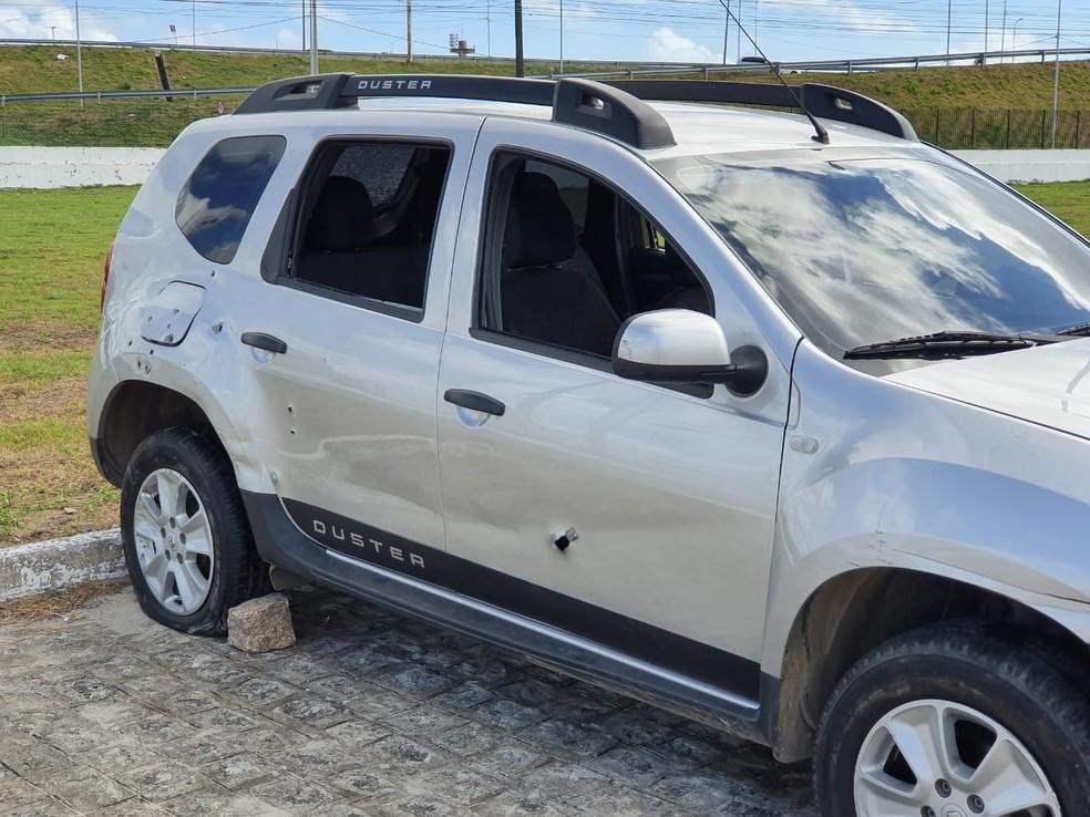 Carro usado por suspeitos foi abandonado e apreendido pela Polícia, em João Pessoa — Foto: Ítalo Di Lucena/TV Cabo Branco