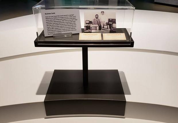 Cartão de visitas de Paul Allen e William Bill Gates exposto no MIcrosoft Visitor Center em Redmond (Foto: Reprodução Facebook Microsoft Visitor Center)