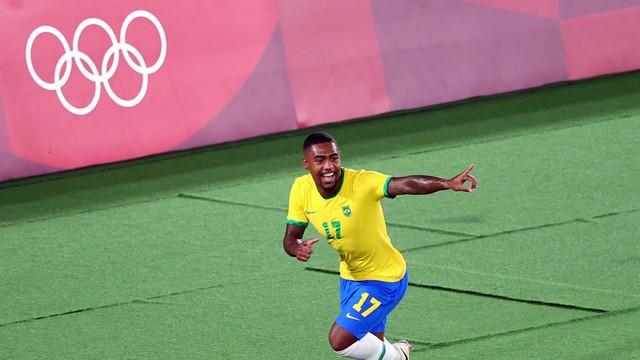 Malcom comemora o gol do título do Brasil sobre a Espanha
