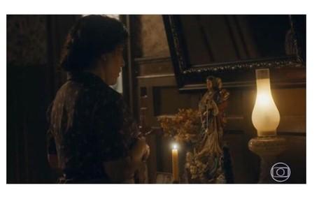 Gloria Pires elege cena de comoção após morte de Carlos (Danilo Mesquita): 'Lola briga com a santa, de quem ela era devota'.  Reprodução/Globo