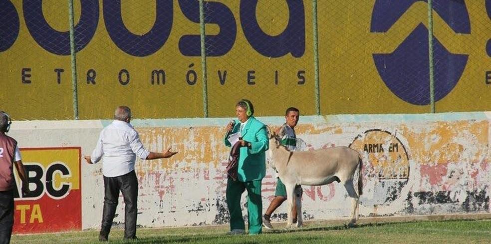 Depois da cena, radialista tomou uma dura (Foto: Kiyoshi Abreu/Diário do Sertão)