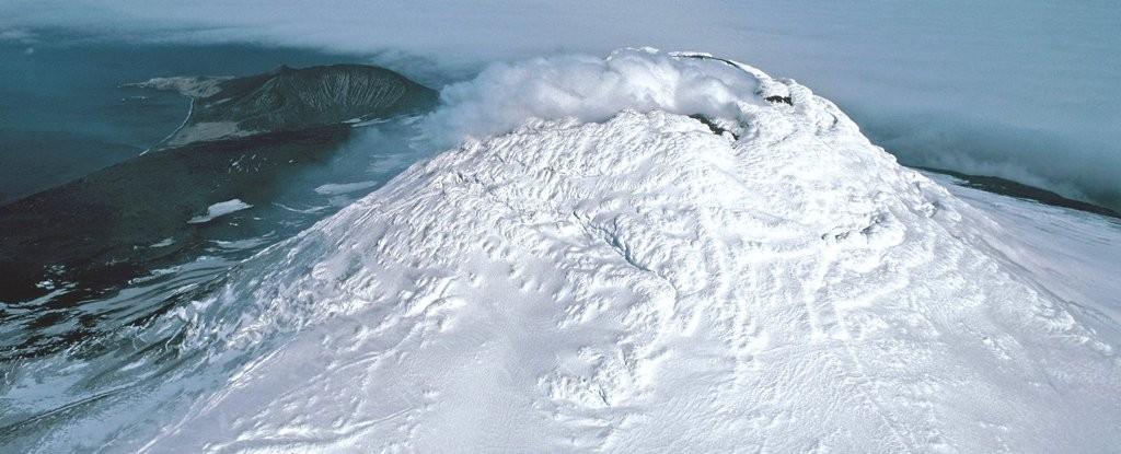 Vulcão Mount Michael abriga um dos poucos e raros lagos de lava que existem na Terra  (Foto: Pete Bucktrout/BAS)