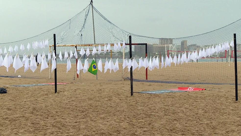 Lenços brancos estendidos na areia de Copacabana em memória das vítimas da Covid — Foto: Reprodução/TV Globo