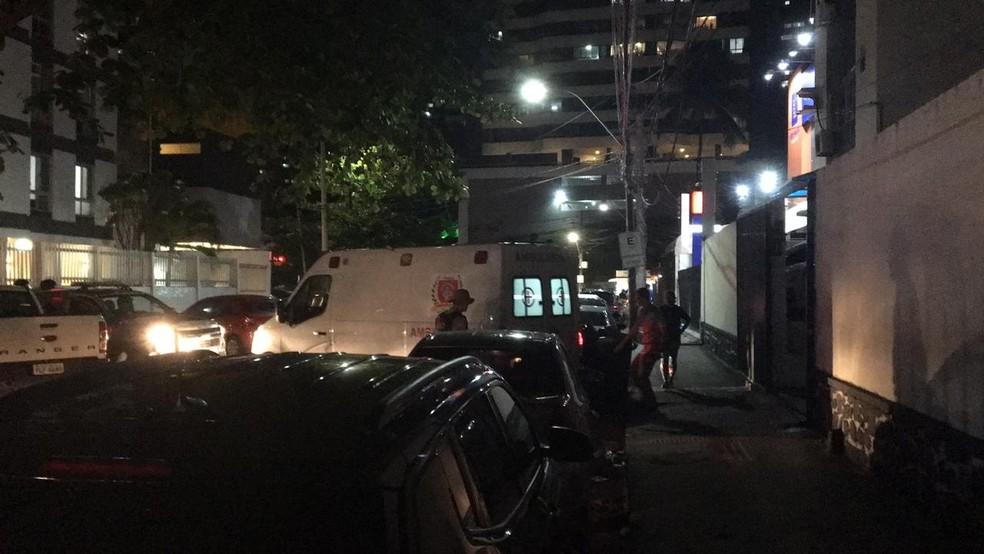 Policial militar foi levado para o presídio em ambulância — Foto: João Souza/G1