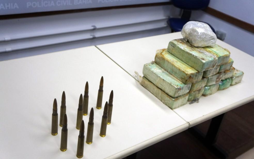 Munições e drogas estavam dentro de mala da estudante (Foto: Polícia Civil/Divulgação)