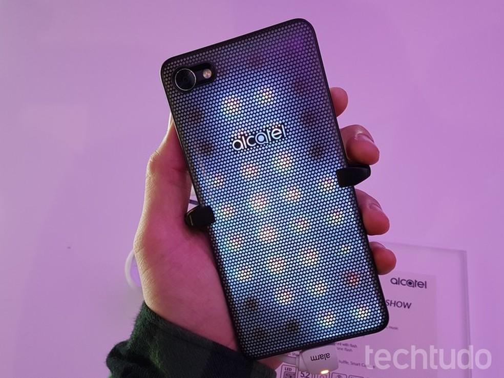 Alcatel A5 LED: traseira tem lâmpadas de LED que se iluminam conforme o ritmo da música (Foto: Thássius Veloso/TechTudo)