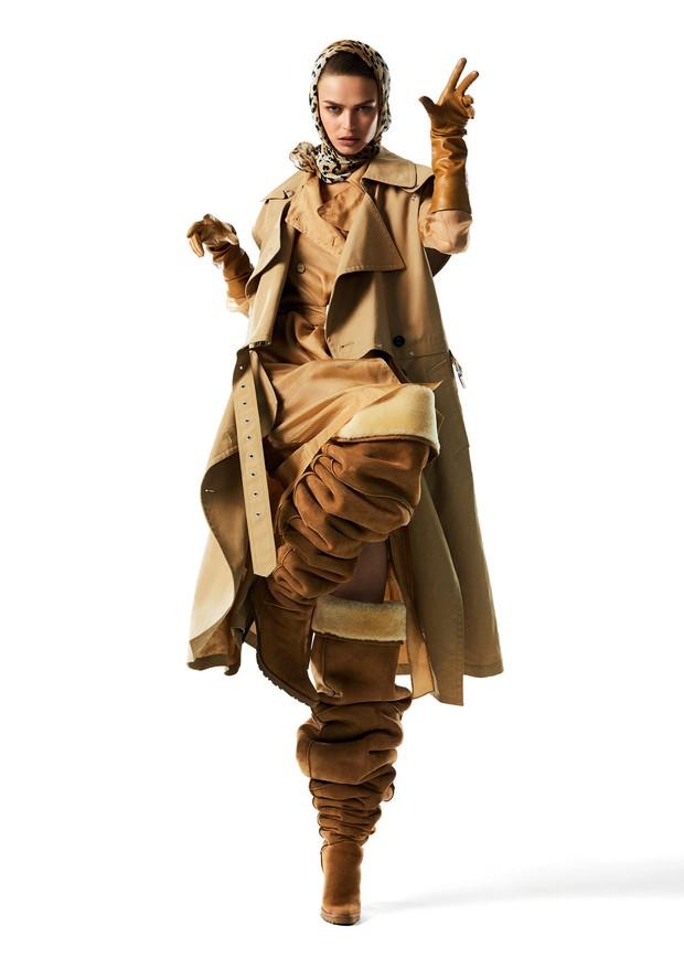 Trench coat, 3.1 Phillip Lim; sobre trench coat de organza e vestido, ambos Max Mara. Lenço, R$ 900, Adriana Degreas; luvas, LaCrasia Gloves; botas, Y/Project.  (Foto: Mariana Maltoni)