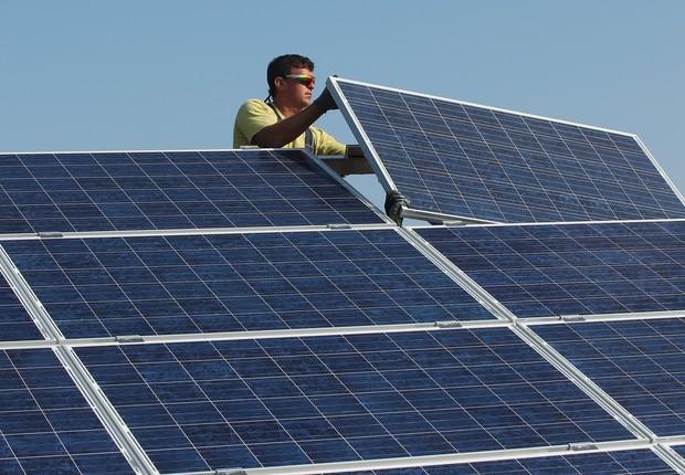 Instalação de módulo fotovoltaico, responsável por captar a energia solar (Foto: Sean Gallup/Getty Images)