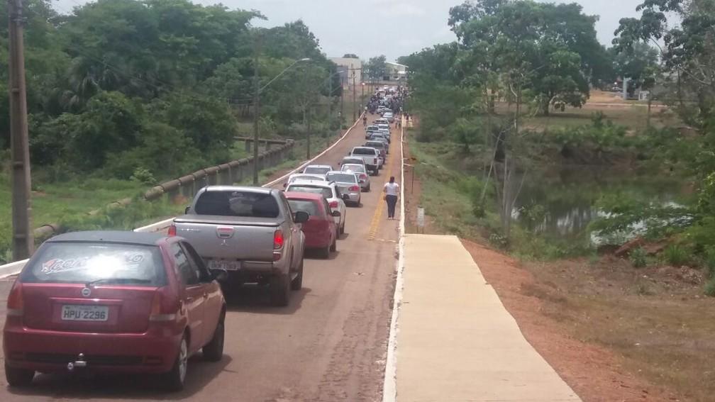 Em Gurupi, entrada da Universidade Federal do Tocantins ficou congestionada (Foto: Jairo Santos/TV Anhanguera)