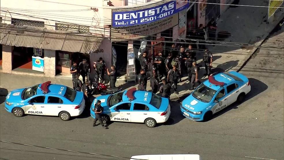 Operação no Lins para buscar assassinos de comandante da PM (Foto: Reprodução/TV Globo)