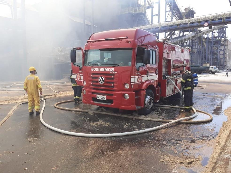 Incêndio em usina mobiliza bombeiros em Lins — Foto: J. Serafim/Divulgação