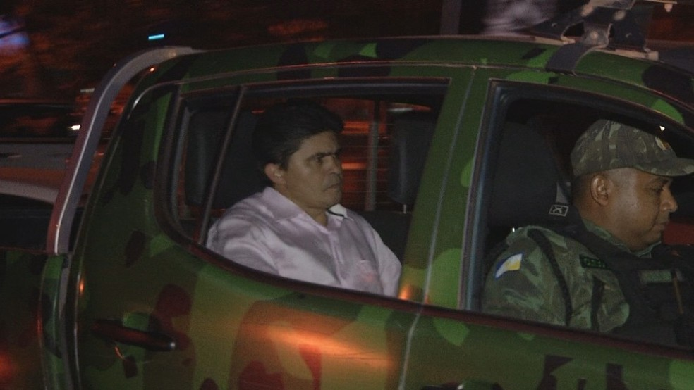 Parlamentar chegou em viatura da Polícia Militar para prestar depoimento (Foto: Reprodução/TV Anhanguera)