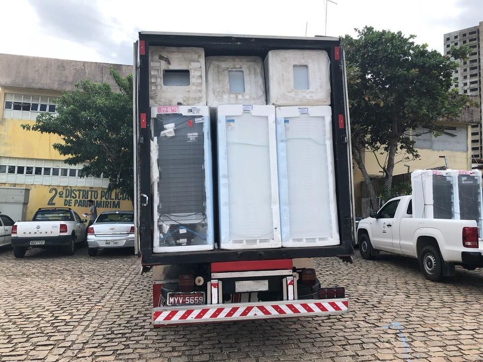 Geladeiras roubadas e recuperadas pela polícia seriam usadas para armazenar merenda escolar em Parnamirim, RN (Foto: Ranniery Sousa/Inter TV])