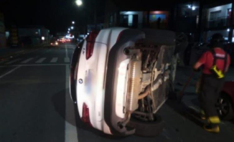 Carro de luxo bate em veículo estacionado e capota em Jaraguá do Sul