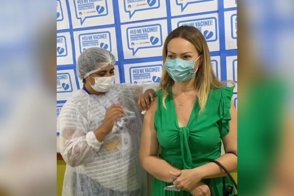 Solange Almeida recebe a primeira dose da vacina contra a Covid, no Ceará. — Foto: Reprodução/Solange Almeida