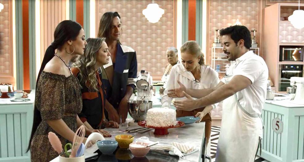 Abel (Pedro Carvalho) fica orgulhoso do bolo de chantilly que preparou para etapa do Best Cake, em 'A Dona do Pedaço' — Foto: Globo