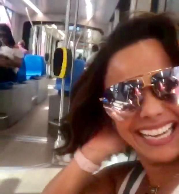 Viviane Araújo andando de VLT no Rio (Foto: Reprodução/Instagram)