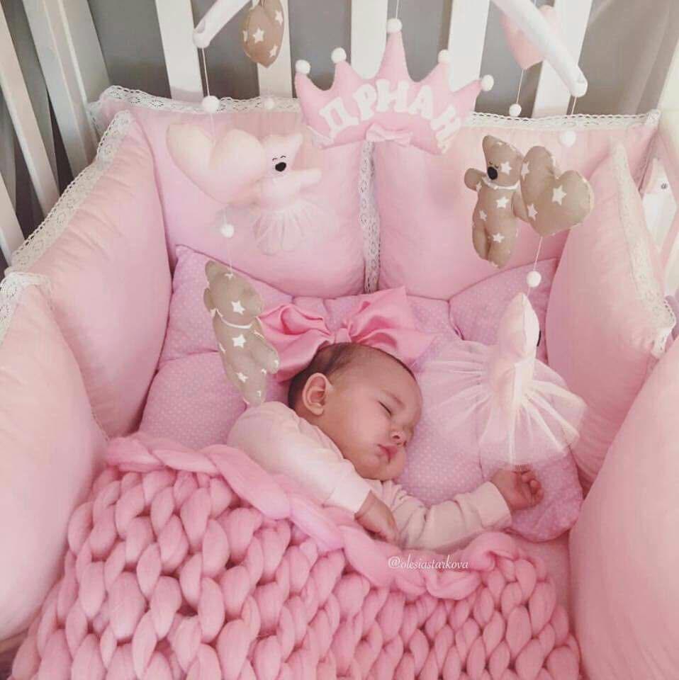 Bebê coberta em berço cercado por almofadas (Foto: Reprodução Facebook)
