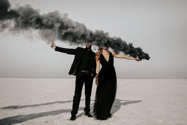 Fotos de casal não precisam ser clichês, com bombas de fumaça (Foto: Pinterest/ Reprodução)
