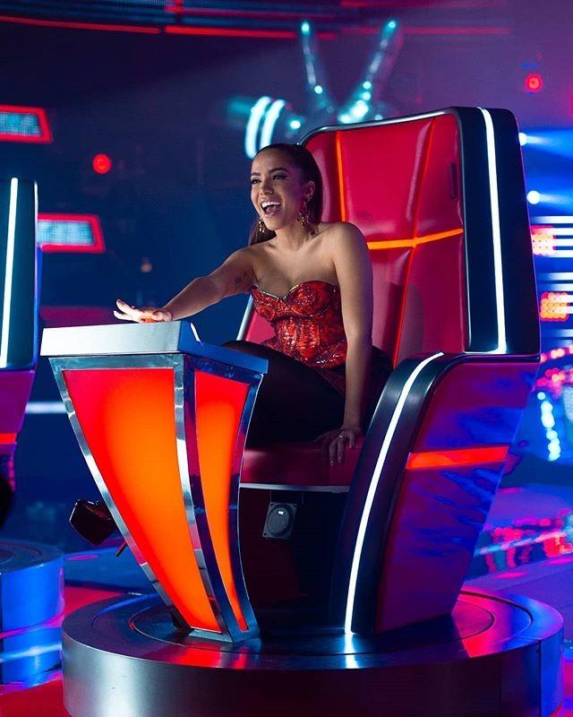 Anitta já ocupa sua cadeira no La Voz, a versão mexicana do The Voice (Foto: Reprodução/Instagram)