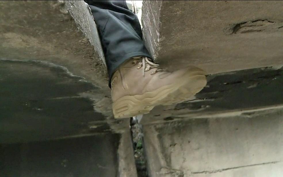 Dá para enfiar o pé no vão do Viaduto Gazeta do Ipiranga — Foto: TV Globo/Reprodução