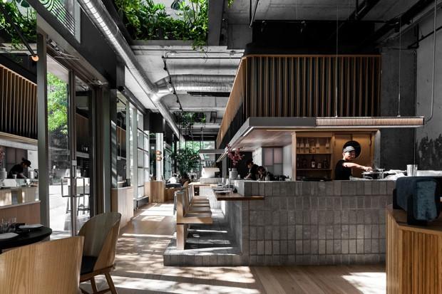 Restaurante japonês em Montreal aposta no uso de materiais naturais (Foto: Divulgação)