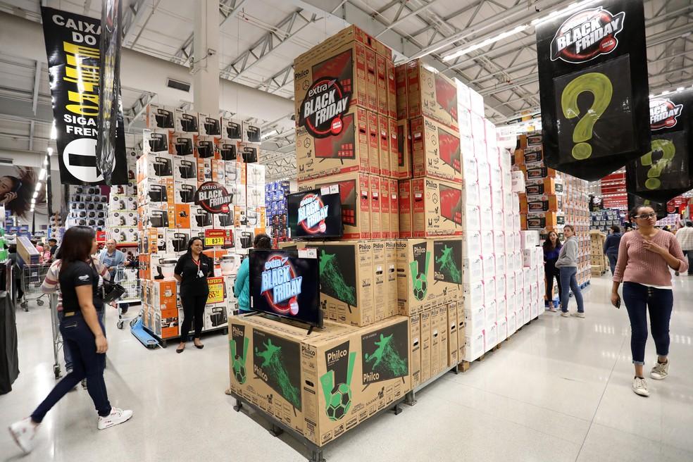 Consumidores procuram ofertas da Black Friday já na noite de quinta-feira (Foto: Celso Tavares/G1)