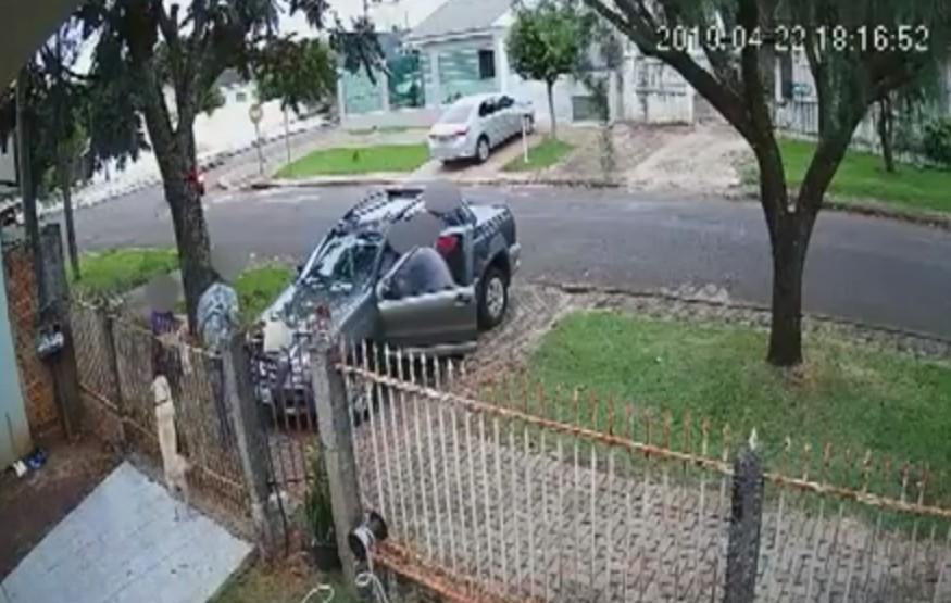 Câmeras registram momento em que motorista é retirado à força, e carro é roubado, no Paraná