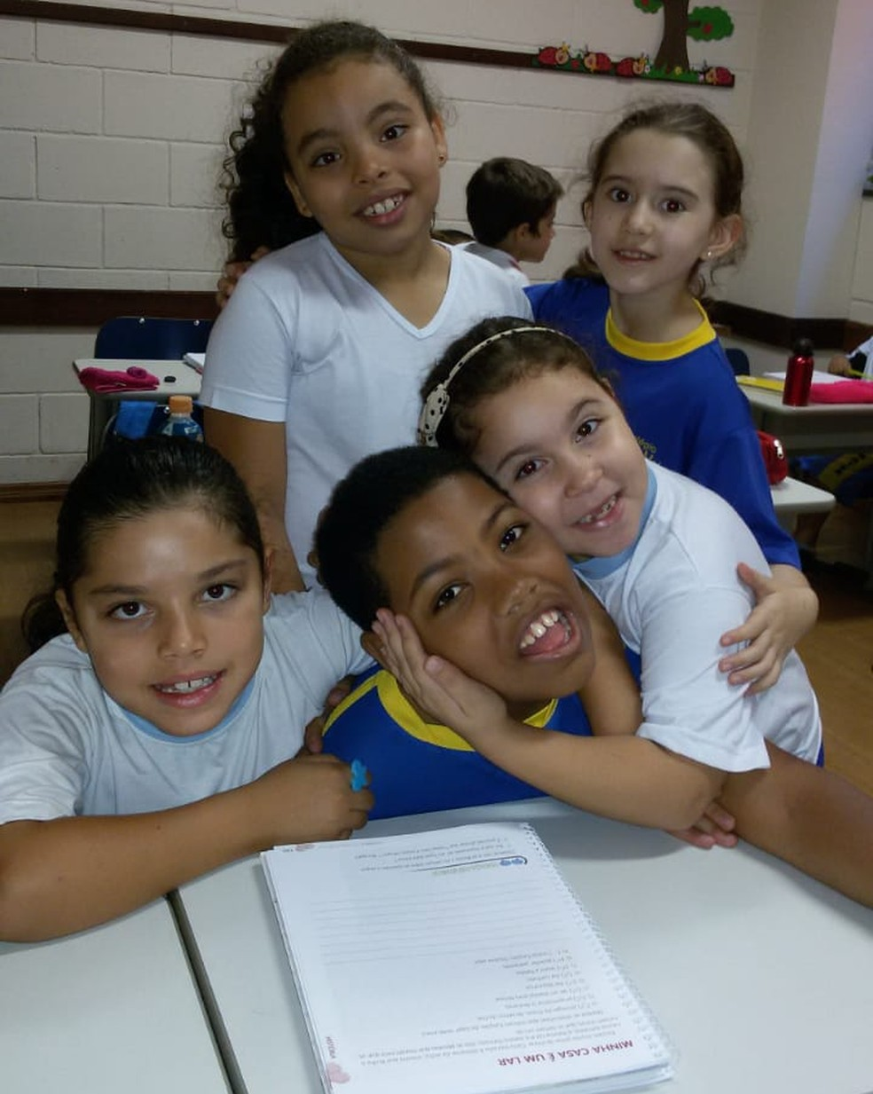 Andrey com os colegas em sala de aula — Foto: Colégio Alma Mater/Arquivo Pessoal