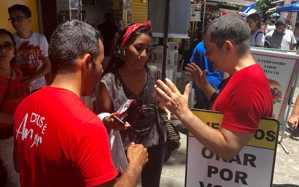 ENEM 2018 - DOMINGO (4) RECIFE (PE): antes de entrar para fazer as provas do Enem, Thayná Martins parou para orar com voluntários, na Universidade Católica de Pernambuco — Foto: Marina Meireles/G1