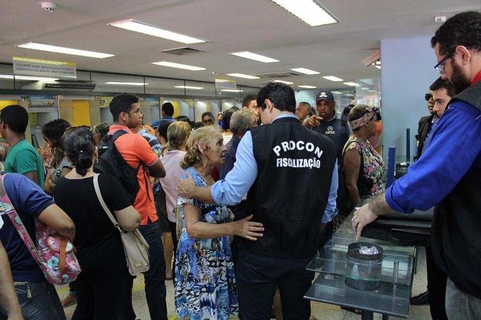Procon visita agências bancárias para verificar se existe a presença de vigilância 24 horas.  (Foto: Divulgação/Procon)