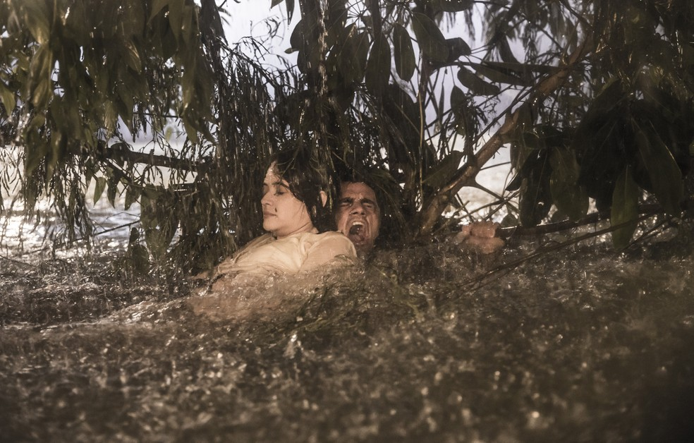 Téo (Felipe Simas) se desespera ao ajudar Luna (Juliana Paiva) em 'Salve-se Quem Puder' — Foto: João Miguel Júnior/Globo
